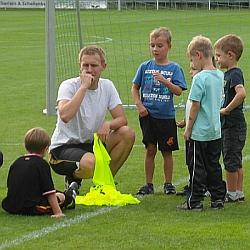Trainer Stefan Botz mit seinen Schützlingen